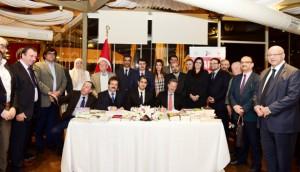 وقعت دور نشر تركية وعربية، اتفاقيات لترجمة 150 كتابا من اللغة التركية إلى اللغة العربية، خلال معرض إسطنبول الدولي الثالث للكتاب، الذي بدأ فعالياته في الرابع من الشهر الجاري، ويستمر حتى الثالث عشر منه. وصرح والي إسطنبول، واصب شاهين، خلال مشاركته في حفل توقيع الاتفاقيات، إن المعرض جمع بين الشرق الأوسط، وآسيا، وتركيا، قائلا إن معرض إسطنبول الدولي للكتاب، سيصبح مستقبلا، نقطة التقاء أهل الفكر والثقافة من مناطق العالم المختلفة. وأشار رئيس اتحاد مهن الطباعة والنشر التركي، ألب أرسلان دورموش، الى مشاركة 85 ناشرا عربيا في المعرض، من فلسطين، ولبنان، ومصر، وسوريا، والسعودية، وتونس، والأردن، واليمن، والإمارات. ( İstanbul Valiliği Basın Bürosu - Anadolu Ajansı )